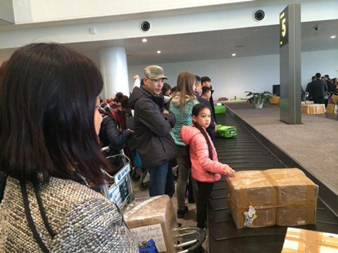 Nhiều kiện hành lý của khách bị rạch tả tơi ở sân bay - Ảnh 5