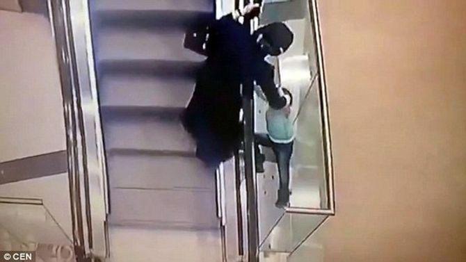 Thót tim cảnh bé gái lọt qua khe thang cuốn và rơi xuống 2 tầng lầu - Ảnh 2