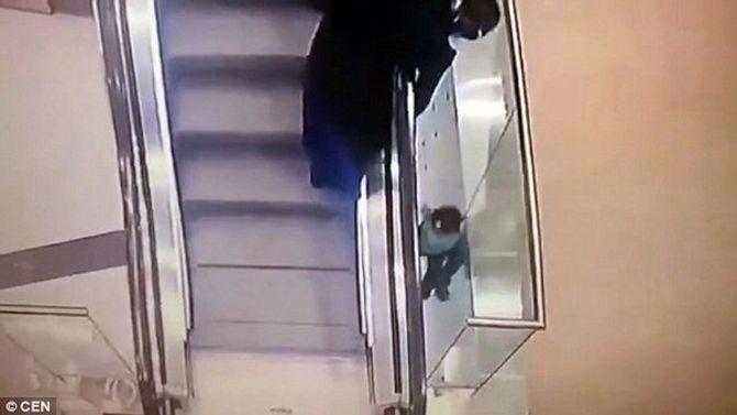 Thót tim cảnh bé gái lọt qua khe thang cuốn và rơi xuống 2 tầng lầu - Ảnh 3