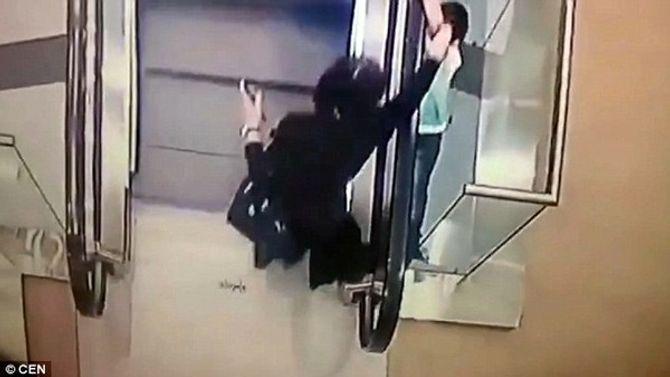 Thót tim cảnh bé gái lọt qua khe thang cuốn và rơi xuống 2 tầng lầu - Ảnh 1