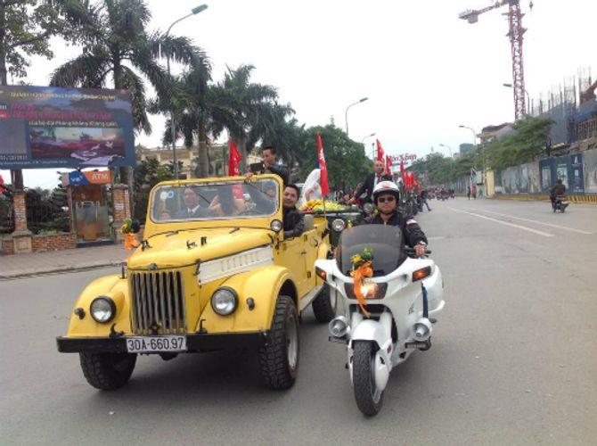 Đám cưới bằng dàn xe Jeep độc đáo trên đường phố Hà Nội - Ảnh 2