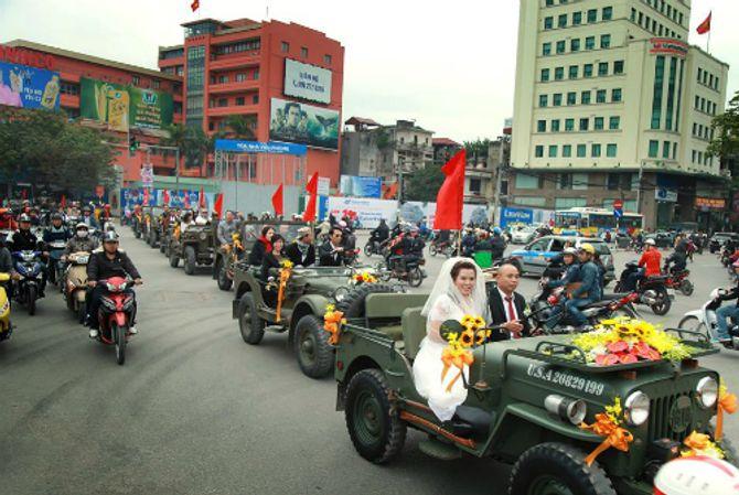 Đám cưới bằng dàn xe Jeep độc đáo trên đường phố Hà Nội - Ảnh 1