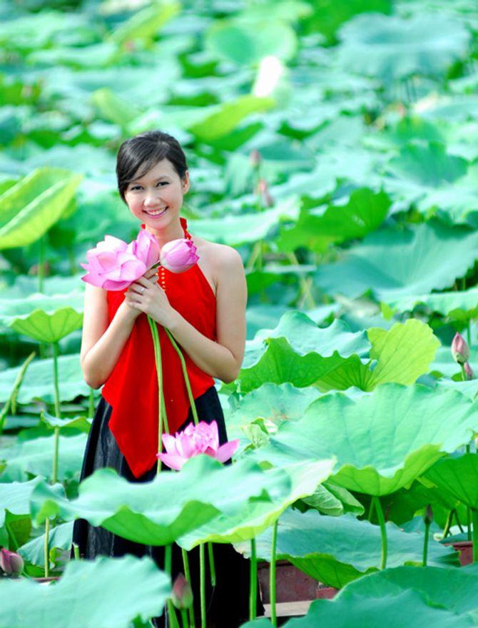 Đẹp mê hồn hình ảnh thiếu nữ Việt áo yếm bên hoa sen - Ảnh 10