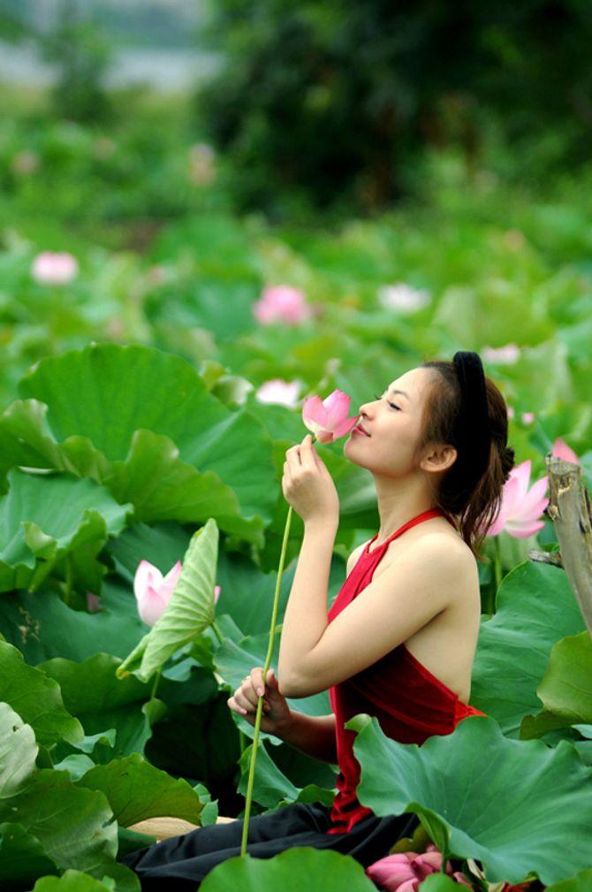 Đẹp mê hồn hình ảnh thiếu nữ Việt áo yếm bên hoa sen - Ảnh 6