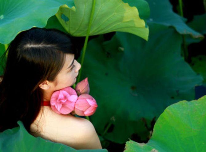 Đẹp mê hồn hình ảnh thiếu nữ Việt áo yếm bên hoa sen - Ảnh 14