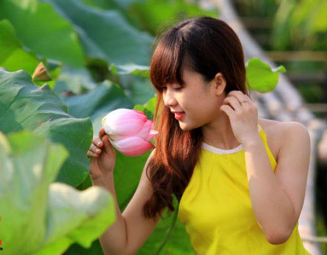 Đẹp mê hồn hình ảnh thiếu nữ Việt áo yếm bên hoa sen - Ảnh 12