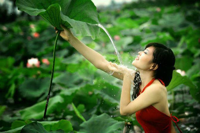Đẹp mê hồn hình ảnh thiếu nữ Việt áo yếm bên hoa sen - Ảnh 11