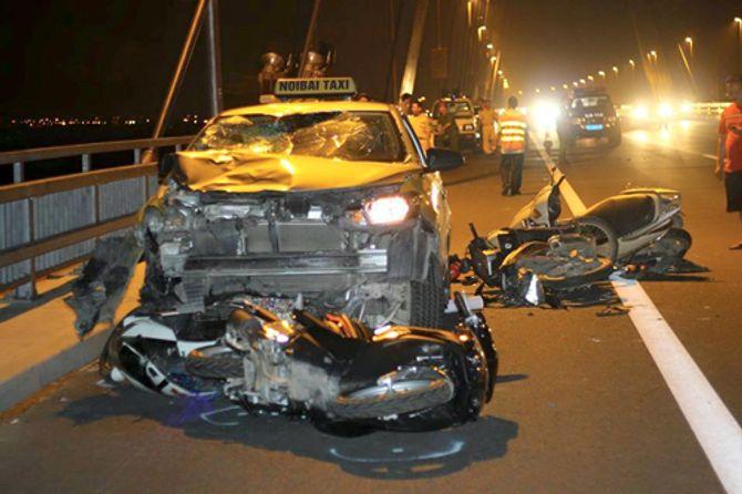 Đỗ xe hóng gió trên cầu Nhật Tân, 4 xe máy bị taxi đâm nát