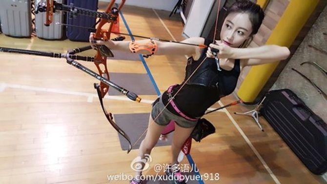 Nữ giảng viên xinh đẹp khoe chân dài trong sân bóng rổ gây