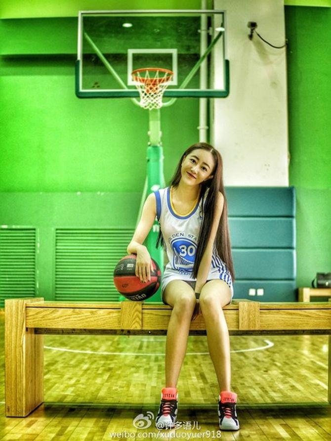 """Nữ giảng viên xinh đẹp khoe chân dài trong sân bóng rổ gây """"sốt"""""""