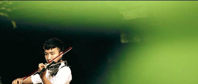 Clip chàng trai Quảng Bình chơi violin trong hang Én gây