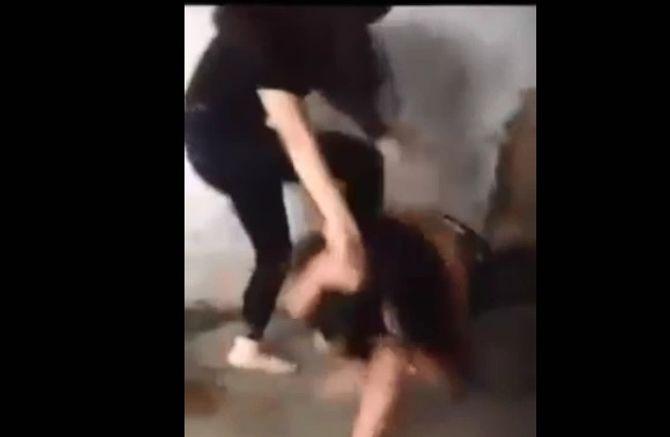 Clip nữ sinh bị lột áo, đánh hội đồng gây bức xúc - Ảnh 1