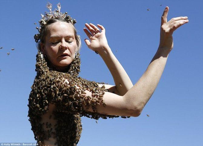 Kinh hãi cô gái để 12.000 con ong phủ kín ngực trần thay cho áo - Ảnh 2