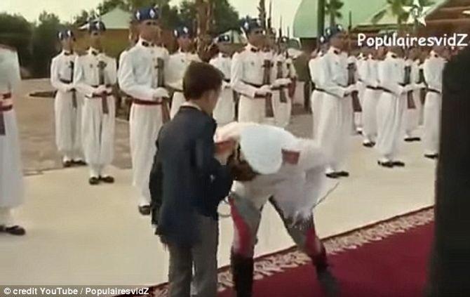 Clip vui: Hoàng tử nhỏ liên tiếp rụt tay khi được hôn - Ảnh 2