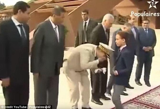 Clip vui: Hoàng tử nhỏ liên tiếp rụt tay khi được hôn - Ảnh 1
