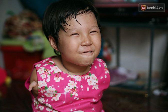 Nụ cười của cô bé không có tay mưu sinh giữa Sài Gòn - Ảnh 10