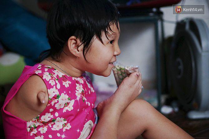 Nụ cười của cô bé không có tay mưu sinh giữa Sài Gòn - Ảnh 12