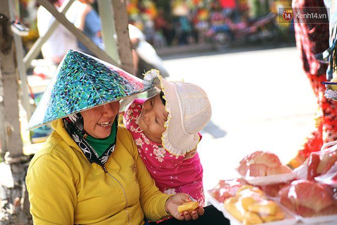 Nụ cười của cô bé không có tay mưu sinh giữa Sài Gòn - Ảnh 2