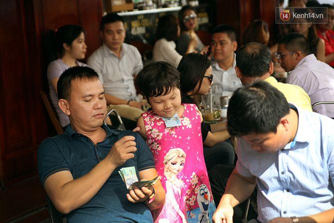 Nụ cười của cô bé không có tay mưu sinh giữa Sài Gòn - Ảnh 3