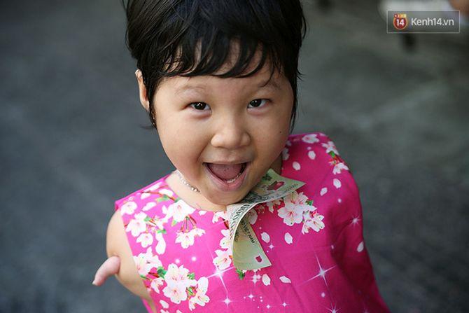 Nụ cười của cô bé không có tay mưu sinh giữa Sài Gòn - Ảnh 6