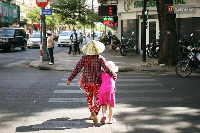 Nụ cười của cô bé không có tay mưu sinh giữa Sài Gòn - Ảnh 7
