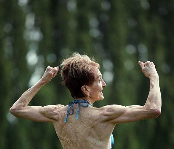 Ngưỡng mộ cụ bà 73 tuổi chăm tập thể hình để chống lão hóa - Ảnh 2