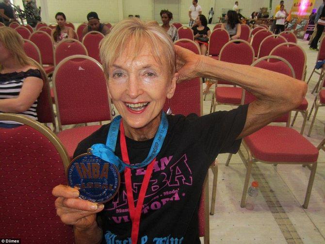 Ngưỡng mộ cụ bà 73 tuổi chăm tập thể hình để chống lão hóa - Ảnh 4