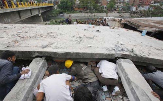 Hiện trường thảm khốc trận động đất kinh hoàng ở Nepal - Ảnh 8