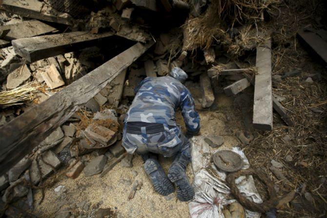 Hiện trường thảm khốc trận động đất kinh hoàng ở Nepal - Ảnh 7
