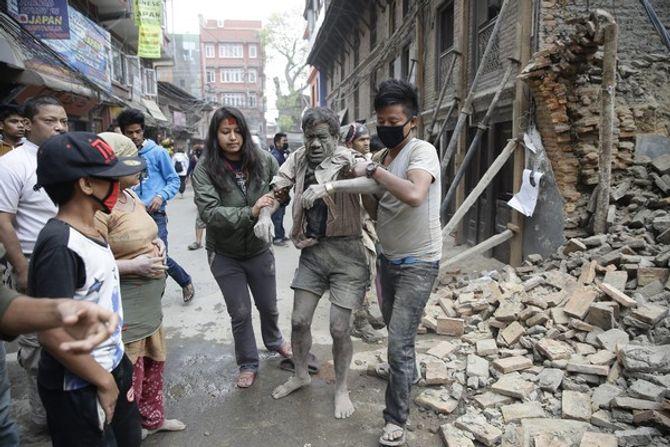 Hiện trường thảm khốc trận động đất kinh hoàng ở Nepal - Ảnh 1