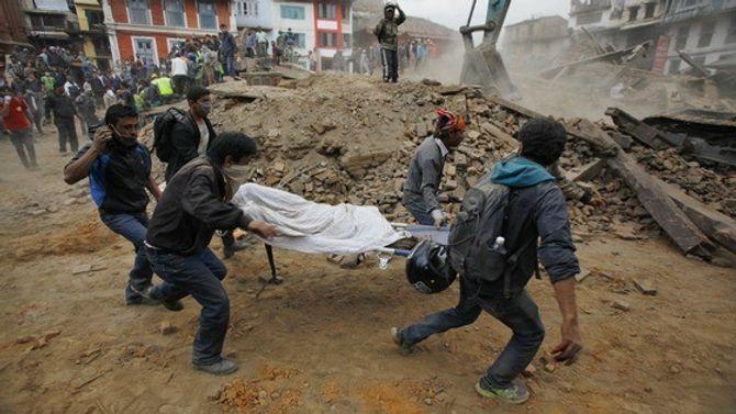 Hiện trường thảm khốc trận động đất kinh hoàng ở Nepal - Ảnh 2
