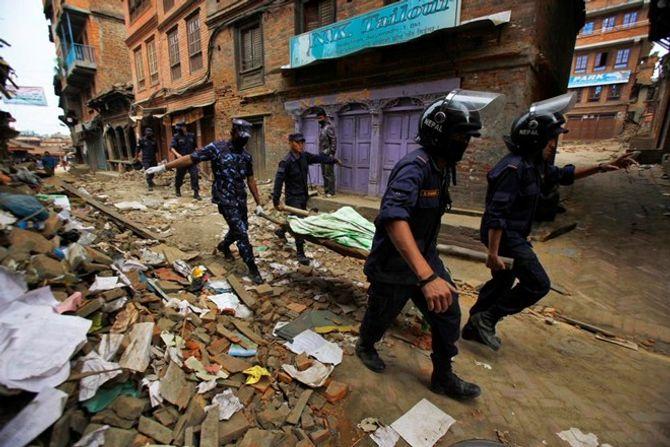 Hiện trường thảm khốc trận động đất kinh hoàng ở Nepal - Ảnh 6