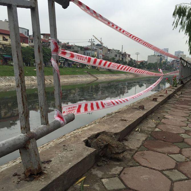 Tài xế mất lái lao xe xuống sông Tô Lịch tử vong - Ảnh 2