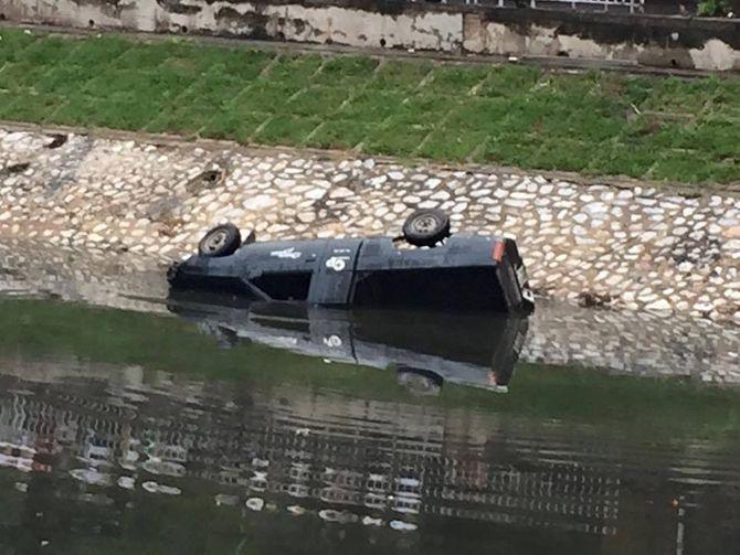 Tài xế mất lái lao xe xuống sông Tô Lịch tử vong - Ảnh 1