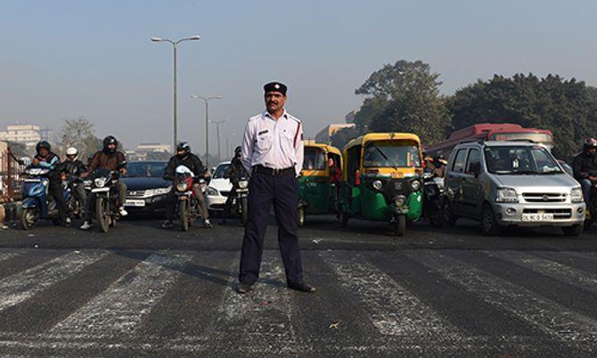 Ấn Độ: Ngày đầu áp dụng chính sách biển số xe chẵn - lẻ - Ảnh 1