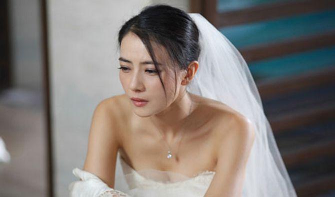 Ngày cưới, tôi mặc áo cô dâu ê chề không chú rể đưa đón