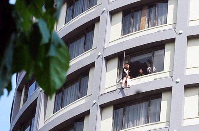 Vợ xách con lơ lửng trên tầng 13 ép chồng ly hôn