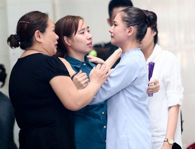 Mẹ và vợ Duy Nhân khóc ngất trong đám tang - Ảnh 7