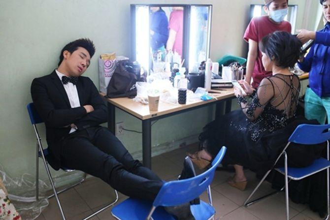 Cảm thông với những hình ảnh mệt mỏi của sao Việt ở hậu trường - Ảnh 19