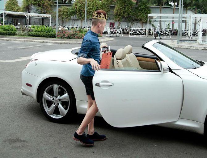 """Kenny Sang """"lố bịch"""" khi đội vương miện nữ hoàng lái siêu xe"""