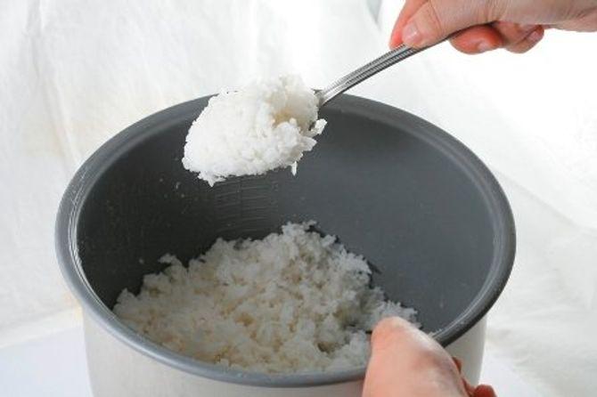 Thực hư việc ăn cơm nguội hâm nóng vào buổi sáng hại sức khỏe? - Ảnh 1