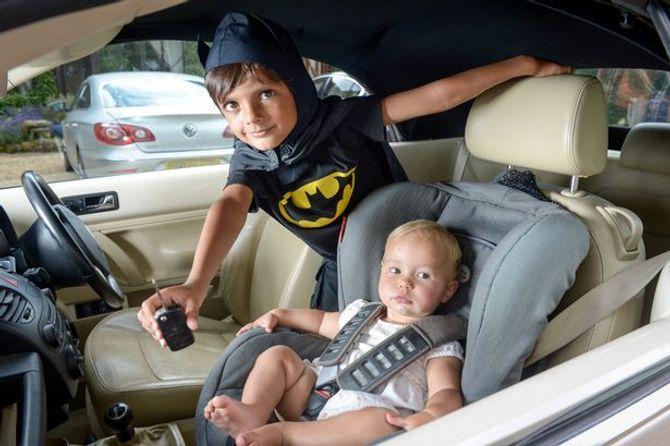 """Một em bé kẹt trong xe hơi được """"người dơi"""" 5 tuổi cứu sống"""