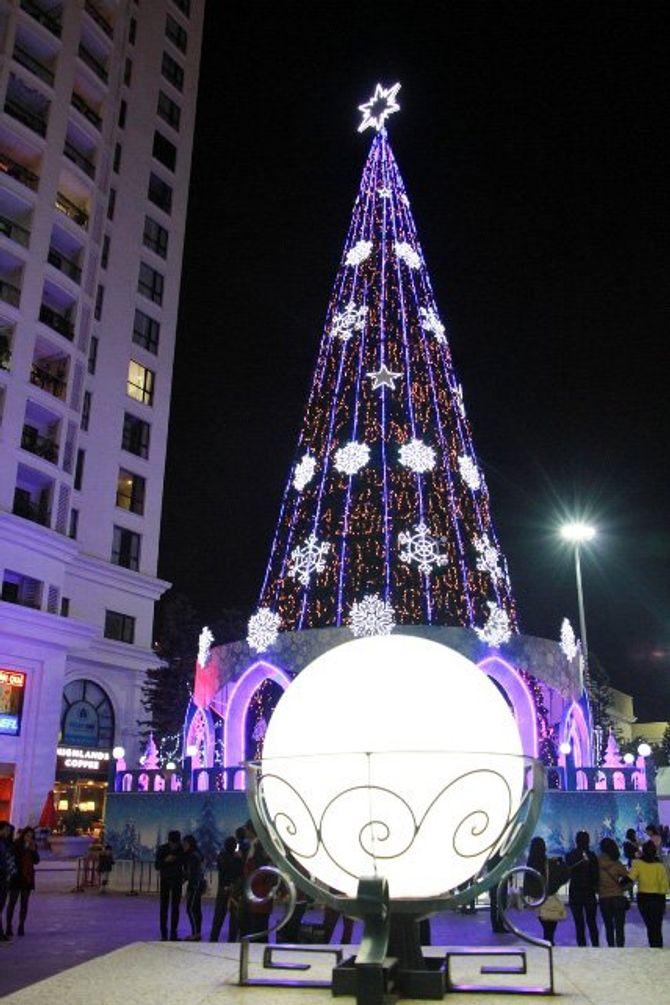 Người dân Hà Nội và TP Hồ Chí Minh đổ xô ra đường đón Noel - Ảnh 8