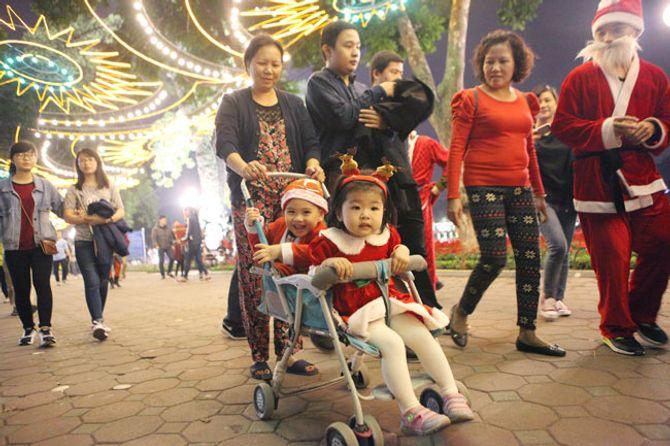 Người dân Hà Nội và TP Hồ Chí Minh đổ xô ra đường đón Noel - Ảnh 7