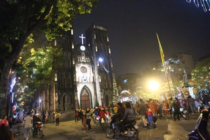 Người dân Hà Nội và TP Hồ Chí Minh đổ xô ra đường đón Noel - Ảnh 9