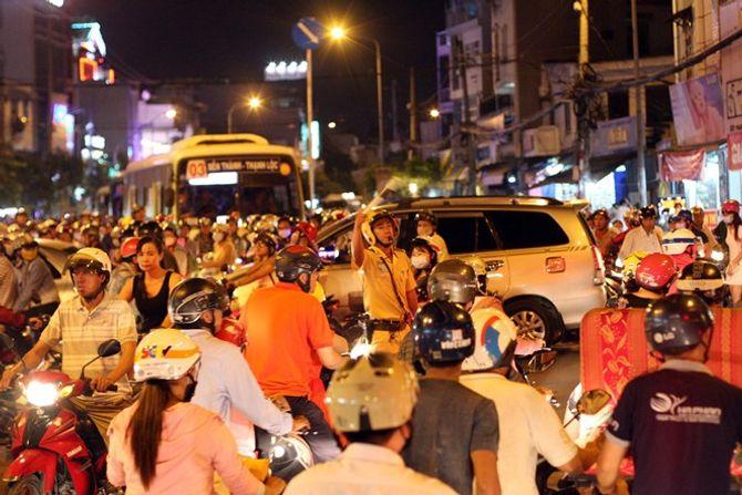 Người dân Hà Nội và TP Hồ Chí Minh đổ xô ra đường đón Noel - Ảnh 1