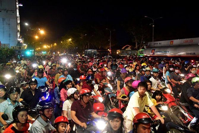 Người dân Hà Nội và TP Hồ Chí Minh đổ xô ra đường đón Noel - Ảnh 4