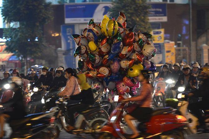 Người dân Hà Nội và TP Hồ Chí Minh đổ xô ra đường đón Noel - Ảnh 2