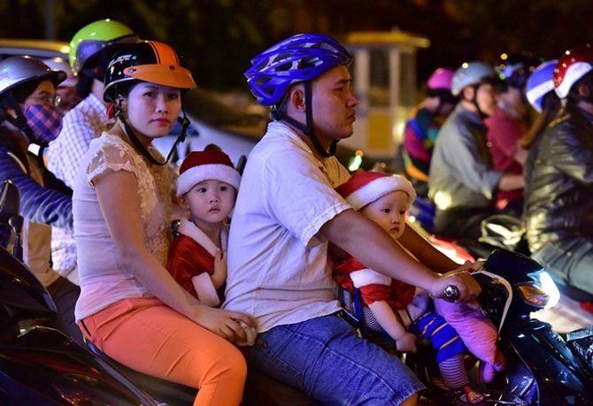 Người dân Hà Nội và TP Hồ Chí Minh đổ xô ra đường đón Noel - Ảnh 3