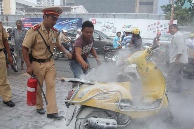 TP.HCM: Xe máy bốc cháy giữa đường, hàng chục người hú vía - Ảnh 1